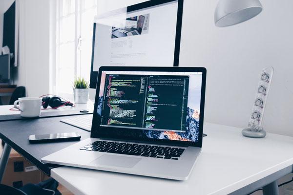 oficina con ordenador mostrando código